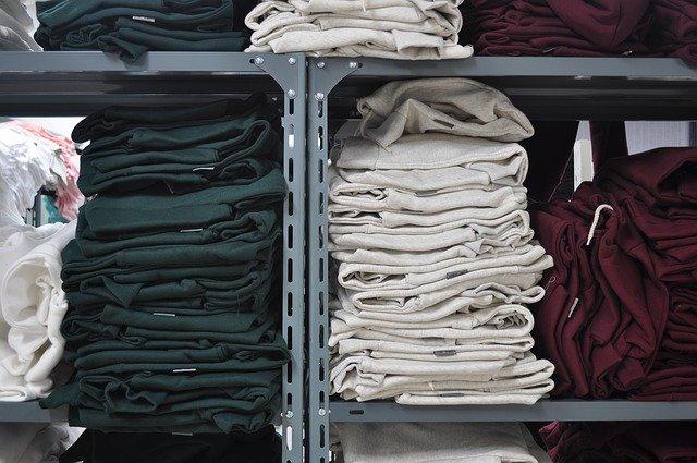 regály s oblečením