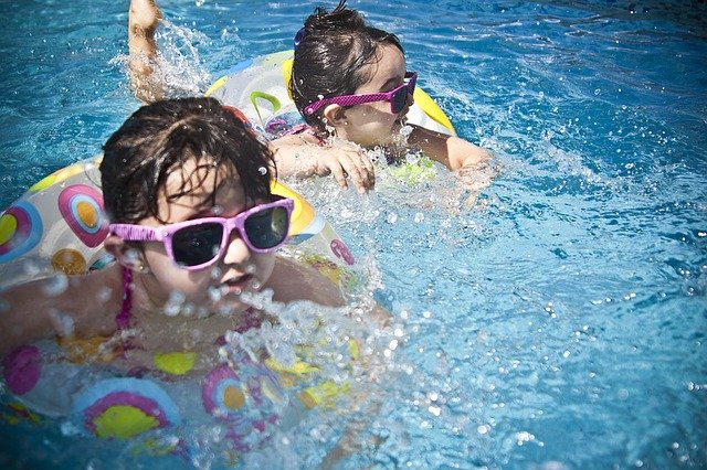 holčičky v bazénu