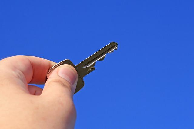 klíč mezi prsty