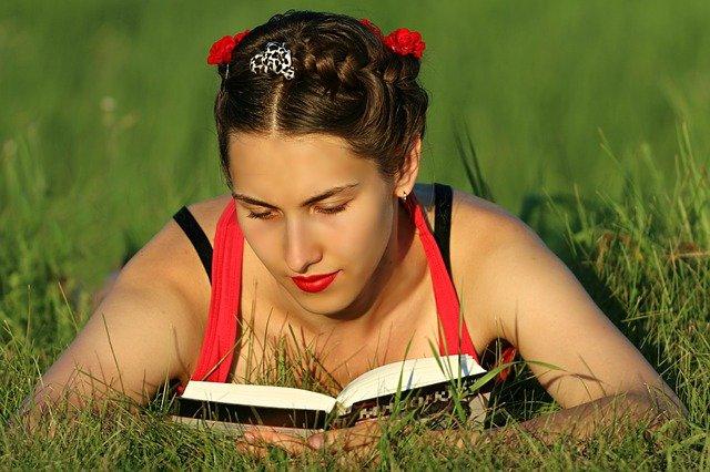 čtení v trávě